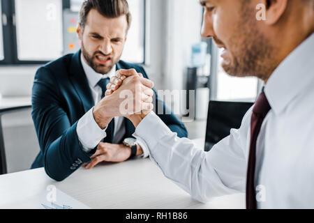 Selektiver Fokus der Unternehmer konkurrierenden Armdrücken in modernen Büro - Stockfoto