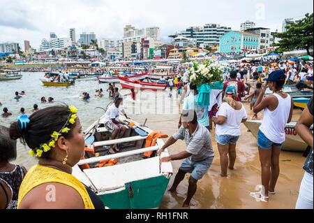 SALVADOR, Brasilien - Februar 2, 2016: Zelebranten auf dem Festival von yemanja Blumen tragen zu einem Boot am Strand von Rio Vermelho als Angebot zu verlassen. - Stockfoto
