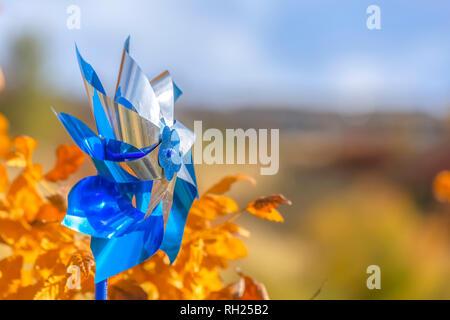 Pinwheel gegen goldene Blätter in Salt Lake City - Stockfoto