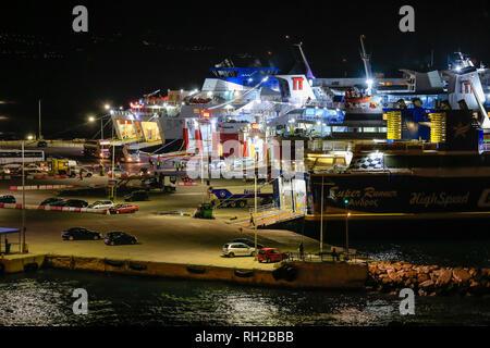 Rafina, Attika, Griechenland - Fähren liegen in den Hafen von Rafina bei Nacht bereit für die Überfahrt zu den Inseln der Kykladen. Rafina, Attika, Griechenland-Fa - Stockfoto