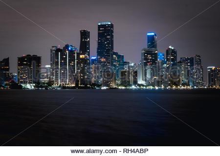 Downtown Miami Skyline von Rickenbacker Causeway, Key Biscayne in der Nacht - Stockfoto