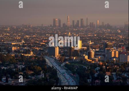 Überblick über Hollywood mit verschmutzter Luft und Downtown Los Angeles in Abstand. bei Sonnenuntergang. - Stockfoto