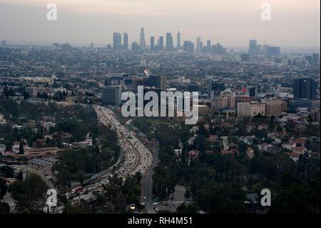 Überblick über Hollywood und Downtown Los Angeles in Abstand. bei Sonnenuntergang. - Stockfoto