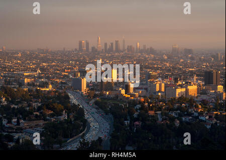 Blick auf Hollywood, Downtown Los Angeles in den Abstand durch smoggy Himmel bei Sonnenuntergang.