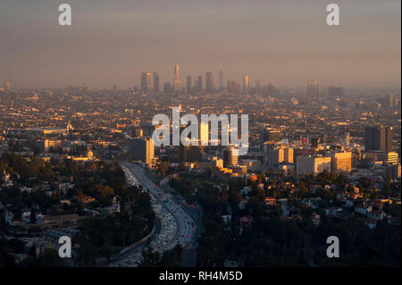 Blick auf Hollywood, Downtown Los Angeles in den Abstand durch smoggy Himmel bei Sonnenuntergang. - Stockfoto