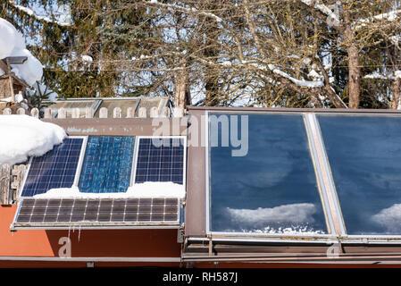 Sonnenkollektoren, Fotovoltaikanlagen PV auf einem Hausdach. Strom aus der Sonne. Haus in den Bergen. - Stockfoto