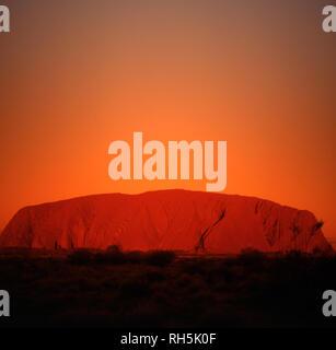 Uluru, Ayers Rock im Roten Zentrum Wüste des Northern Territory ist als einer von Australiens führenden touristischen Attraktionen. - Stockfoto