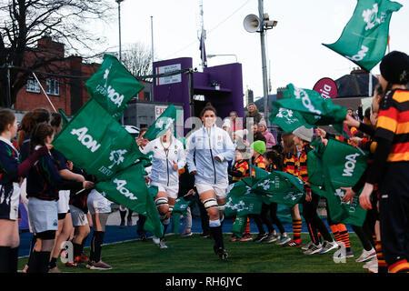 Energia Park, Dublin, Irland. 1 Feb, 2019. Frauen sechs Nationen Rugby, Irland gegen England, die England Kapitän Sarah Hunter (c) von England führt Ihre Seite auf die Tonhöhe der Credit: Aktion plus Sport/Alamy leben Nachrichten - Stockfoto