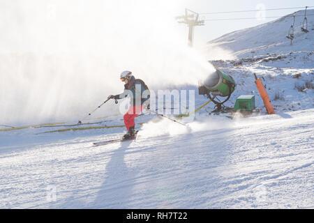 Snow making machine in Glenshee Skigebiet, Cairngorms, Schottland, Großbritannien - Stockfoto