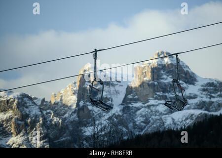 Skilift und Lifte im Skigebiet gegen die schneebedeckten Berge im Winter. Corvara in Badia in den Dolomiten, Südtirol, Italien. Leere Kopie platz für - Stockfoto