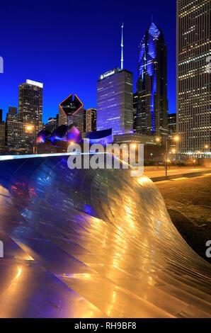 Nacht Blick auf Downtown Chicago Skyline mit BP Fußgänger Brücke die erste Brücke von Frank Gehry in der Welt im Vordergrund. Chicago IL. USA - Stockfoto