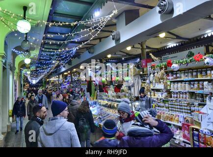 Modena, Emilia Romagna, Italien. Dezember 2018. Innenraum der Albinelli Markt, dem historischen Markt der Stadt. Neben Obst und Gemüse - Stockfoto