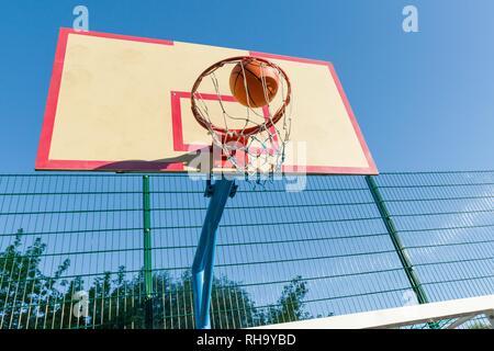 Street Basketball, close-up der Basketball Ring und den Ball in den Korb fliegen - Stockfoto