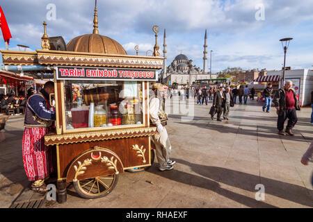 Istanbul, Türkei: Anbieter stehen durch eine Pickles stand gegenüber der Neuen Moschee (Yeni Camii) zwischen 1660 und 1665 gebaut, ein Ottoman Imperial Moschee in Th - Stockfoto