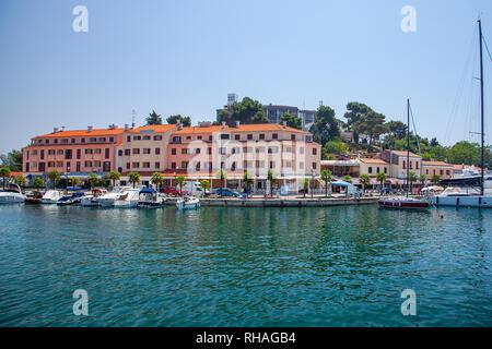 Blick vom Meer auf der alten historischen Stadt Porec, Kroatien. Reisen in Europa. - Stockfoto