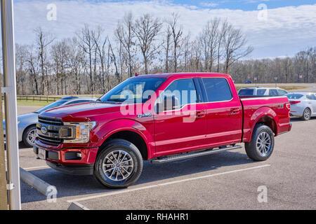 Neue red 2019 Ford F150 voll beladen mit Quad Cab pick up in einem Land Markt in ländlichen Alabama, USA geparkt. - Stockfoto