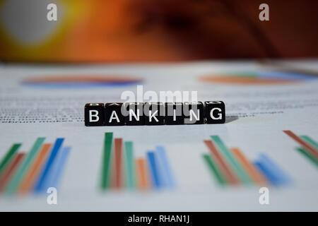 Banking mit Holzblöcken abstützen. Finanzierung Einsparungen Management Konzept - Stockfoto