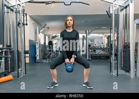 Starke junge Frau fitness training mit schweren Gewichten in Fitness Gym. Sport, fitness, bodybuilding, Training, Lifestyle und Personen Konzept. - Stockfoto