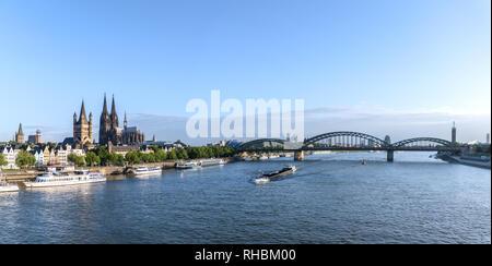 Köln, einer 2000 Jahre alten Stadt überspannt den Rhein im Westen Deutschlands. - Stockfoto