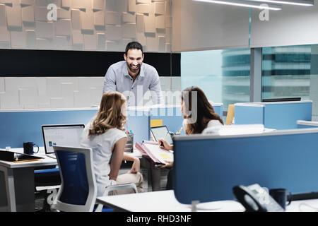 Portrait von Happy Geschäftsmann lächelnd in Coworking mit Kollegen - Stockfoto