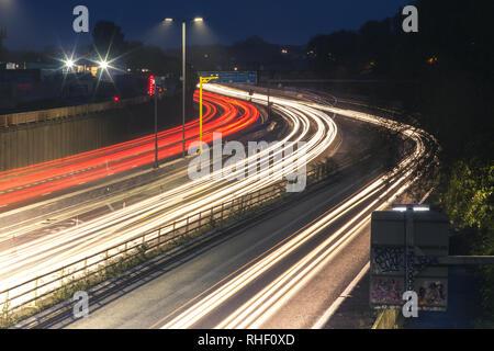 Eine Nacht Zeit lange Belichtung von Autos auf der Autobahn aus Bristol, England - Stockfoto