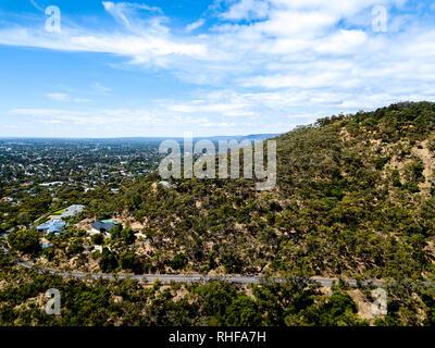 Kurvenreiche Straße durch Belair Wald, Adelaide. - Stockfoto