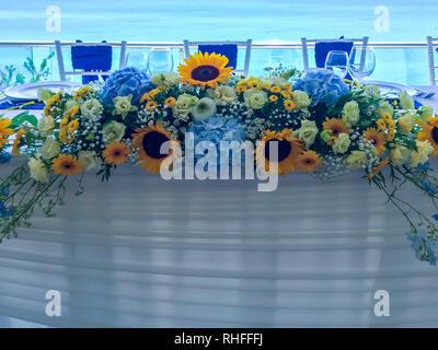 Brautstrauß der Braut - bunte Blumen rosa, weißen Rosen und blaue Freesie und Hortensie bei Hochzeit auf Natur - Stockfoto