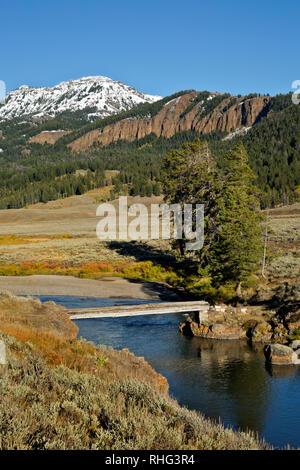 WY 03092-00 ... WYOMING - Trail Brücke über Soda Butte Creek im Lamar Valley Gebiet des Yellowstone National Park. - Stockfoto