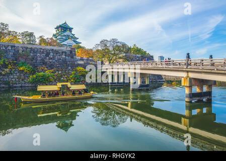 Burg von Osaka, ein touristenboot im Graben - Stockfoto