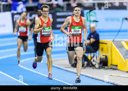 1500 m Männer World: Deutsch: Regional: Gewinner Jannik Arbogast auf der Zielgeraden er überholt Pascal Kleyer (von links). GES/Leichtathletik/IAAF Indoormeeting Karlsruhe, 02.02.2019 | Verwendung weltweit - Stockfoto