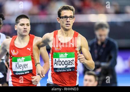 1500 m Männer World: Deutsch: Regional: Gewinner Jannik Arbogast vor Pascal Kleyer. GES/Leichtathletik/IAAF Indoormeeting Karlsruhe, 02.02.2019 | Verwendung weltweit - Stockfoto