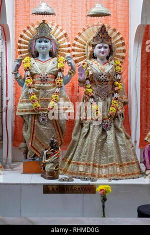 Statuen von Gottheiten und Lakshmi Narayan. An der Satya Narayan Mandir Hindutempel in Elmhurst, Queens, New York City - Stockfoto