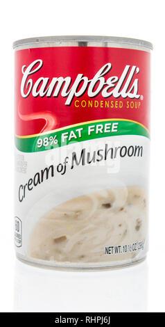 Winneconne, WI-2 Feb 2019: eine Dose Campbells Suppe in Creme von Pilz Fett frei auf einem isolierten Hintergrund - Stockfoto