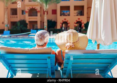 Senior paar entspannenden Swimmingpool. Leute genießen Urlaub. Valentinstag - Stockfoto