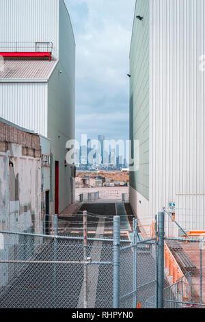 Williamstown, Melbourne, Australien - Blick auf die Stadt zwischen den Lagerhallen - Stockfoto