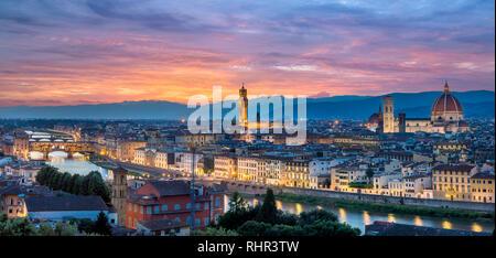 Nacht Panorama von Florenz in Italien von der Piazza Michelangelo, darunter die Kathedrale Santa Maria del Fiore (Duomo), der Palazzo Vecchio bei Sonnenuntergang