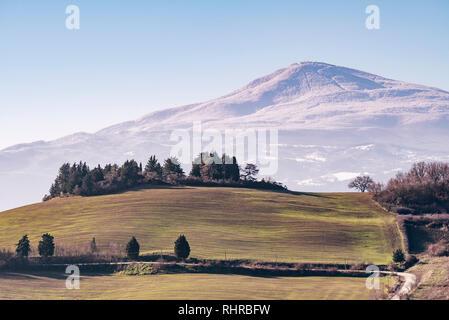 Schöner Panoramablick auf Monte Amiata mit Schnee bedeckt von Monticchiello, Siena, Toskana, Italien - Stockfoto