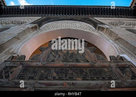 Im Inneren der Medrese (Medersa Bou Inania el Bouanania) ist als hervorragendes Beispiel für Marinid Architektur anerkannt. Fes, Marokko Stockfoto