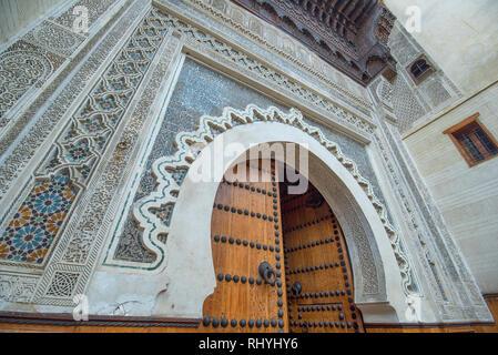 Schöne Dekorationen von Tor oder die Tür der Nejjarine Museum für Holz- Kunst und Kunsthandwerk in der Medina von Labyrinth der Fes. Fes, Marokko - Stockfoto
