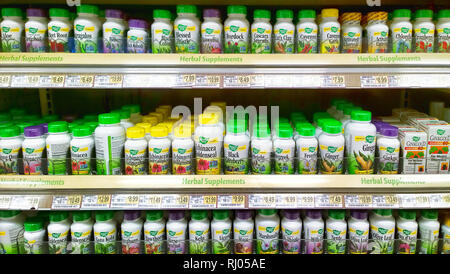 In Syracuse, New York, USA. Februar 4, 2019. Kräuterergänzungen Gang bei Lebensmittelgeschäft ist ein wegman Store - Stockfoto