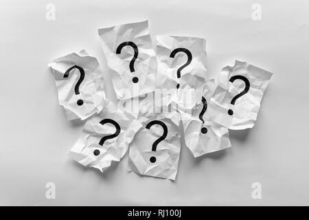 Grenze der zerknitterten Fragezeichen auf Karten über einen weißen Hintergrund mit Kopie Raum in einem konzeptionellen Bild - Stockfoto