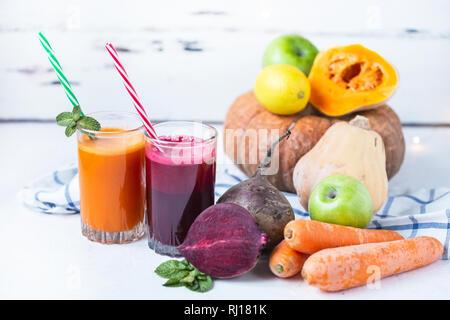 Frische Säfte aus hausgemachte Gemüse. Zuckerrüben und Karotten Smoothie. Detox, Vegetarismus auf einem hellen Sommer Background Copy space - Stockfoto