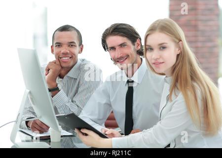 Freundlich Business Team diskutieren, in dem vielversprechende Geschäftsideen. - Stockfoto