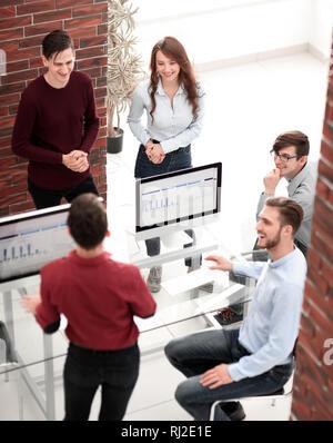 Gruppe von Geschäftsleuten in Treffen im Büro. - Stockfoto