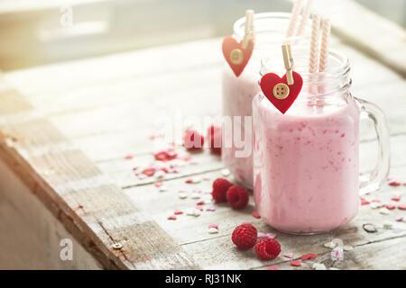 Hausgemachten Smoothie mit Himbeere in Töpfen. Liebe, Tag Konzept essen oder Valentinstag - Stockfoto