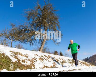 Senior, 70 - 80 Jahre, Kaukasisch, joggen, Schnee - Stockfoto