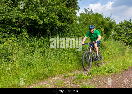 Senior, 70 - 80 Jahre, Radfahren, Mountain-Bike, Feldweg - Stockfoto