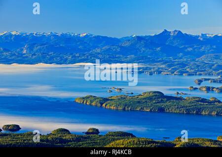 Luftaufnahme über Johnstone Strait, Hanson Island, Blackfish Sound, Fett Kopf auf Swanson Insel, die Weißen Felsen Inseln in Richtung Fife Sound und der Bri - Stockfoto
