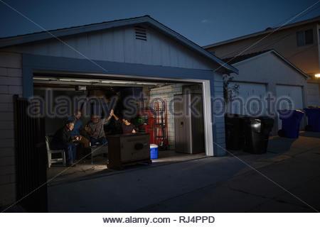 Männer Sport im TV Garage bei Nacht - Stockfoto