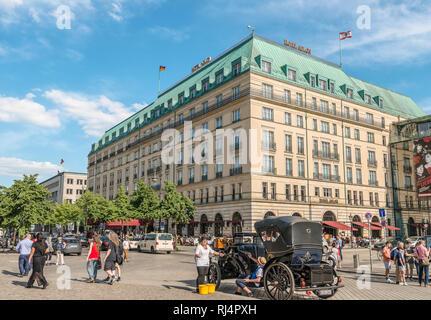 Berliner Stadtbild vor Hotel Adlon, Deutschland | Berliner Stadtbild vor dem Hotel Adlon, Deutschland | Bild Nr.: EX_18_1122 - Stockfoto